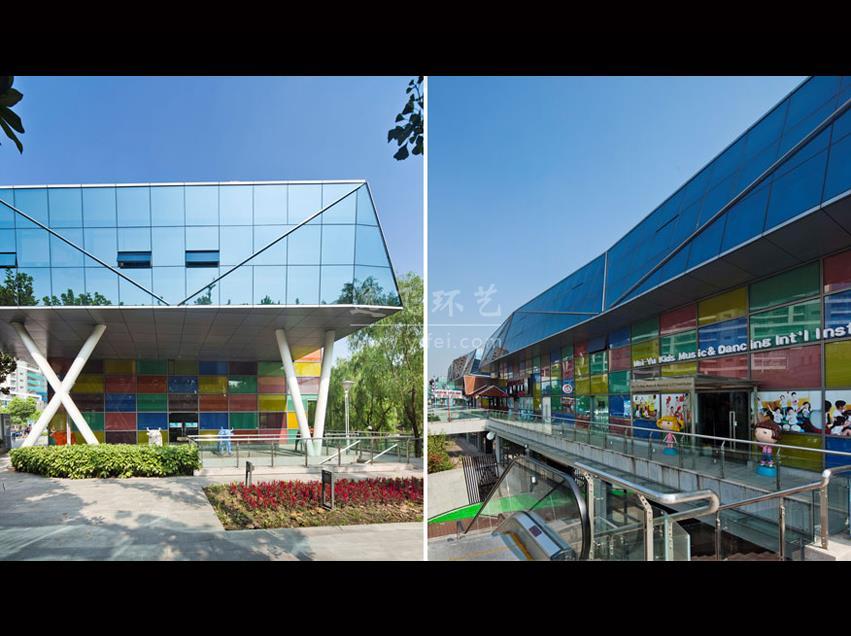 """充满着国际化艺术情调的逸飞创意街由著名艺术家陈逸飞先生生前策划,国内较早的新建于景观河岸边集创意文化与休闲商业于一体的综合性街区,环境优美。项目毗邻世纪公园,北临张家浜景观河,与上海科技馆隔岸相望,全长800米,地上地下总建筑面积约为2万m²,综合运用城市设计、景观设计与建筑设计的手法,将建筑融入景观。外观通过块面的组合展现了划时代的创意产业特征,三大盒型建筑分别命名为""""飞来石""""、""""天堂火""""、""""琉璃水坊"""",流动于各个地段的绿"""